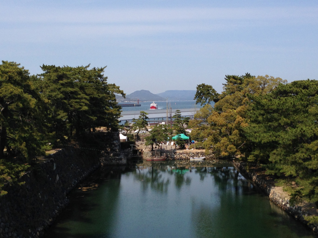 石垣の上から見える高松港